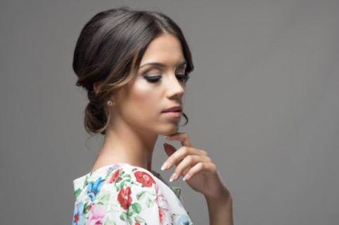 peinados-de-invitadas-para-bodas-media-melena-recogido-bajo-istock-600x400